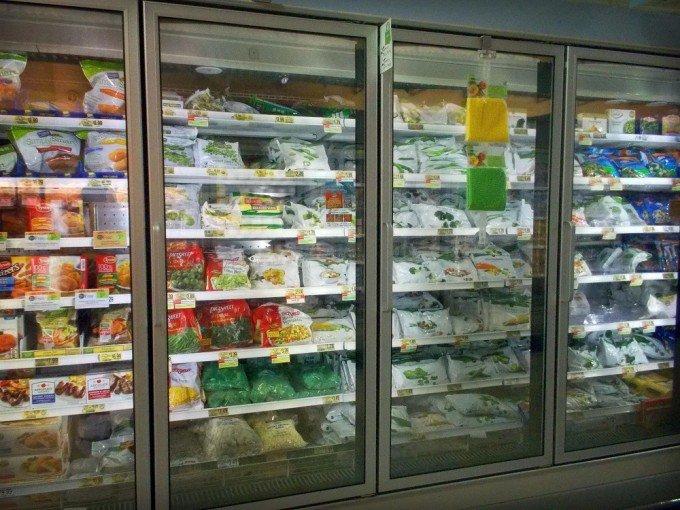 冷凍食品コーナーに商品がたくさん陳列されている