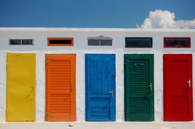 黄色、オレンジ、青、緑、赤のドア 青空 白壁