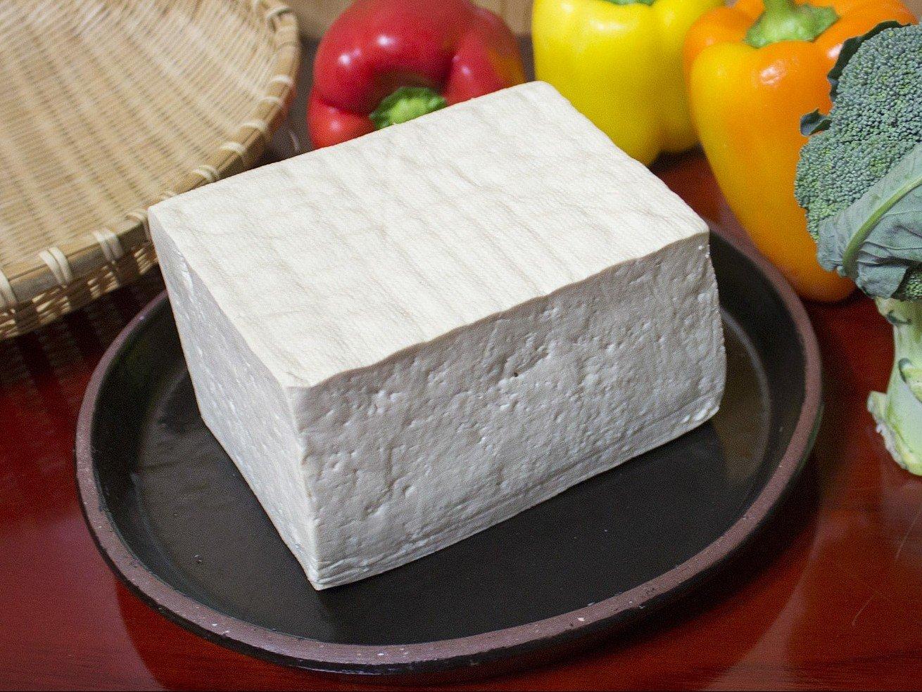 皿に置かれた木綿豆腐