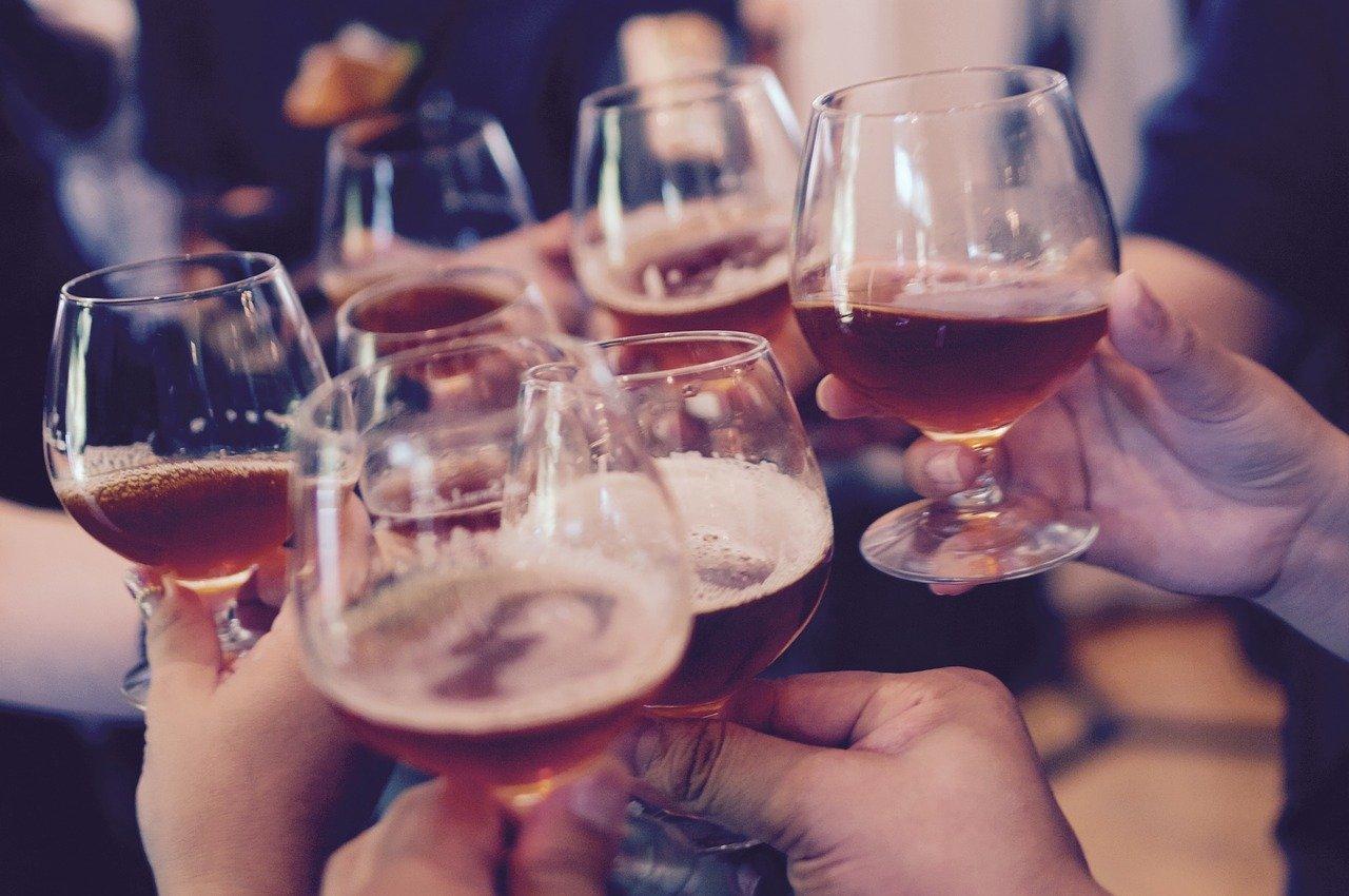 グラスを合わせて乾杯している