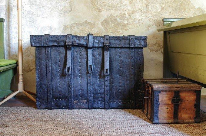 古い皮製の大きな道具入れと古い木箱