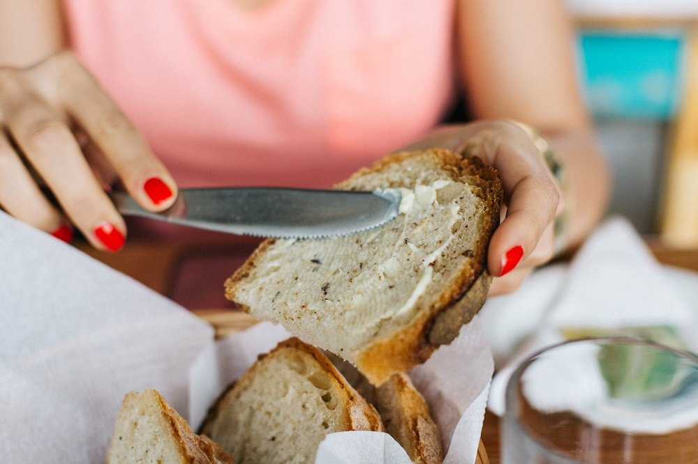 パンにバターを塗っている