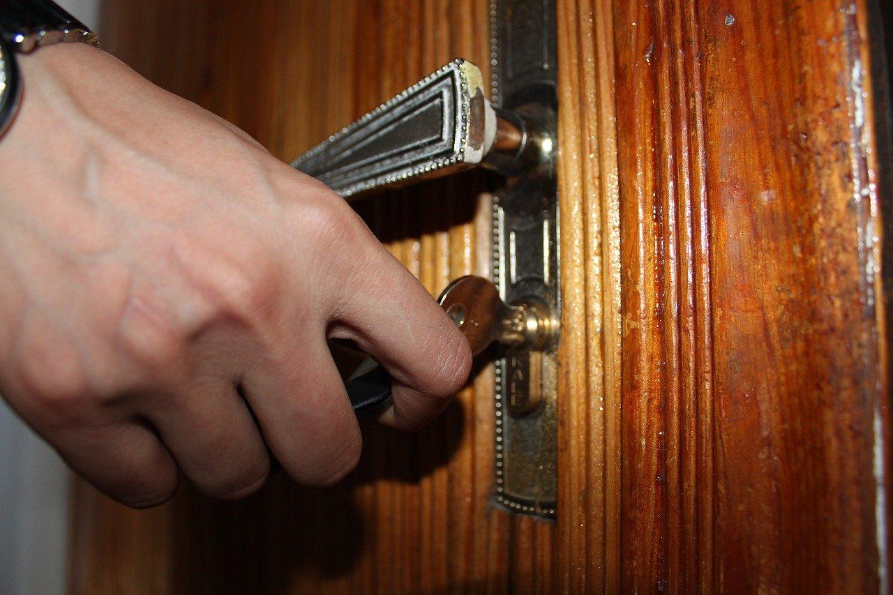 鍵でドアを開けるところ