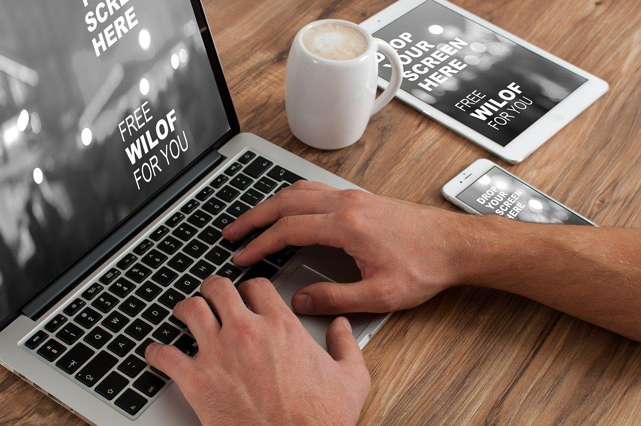 ノートパソコンとタブレット、携帯電話