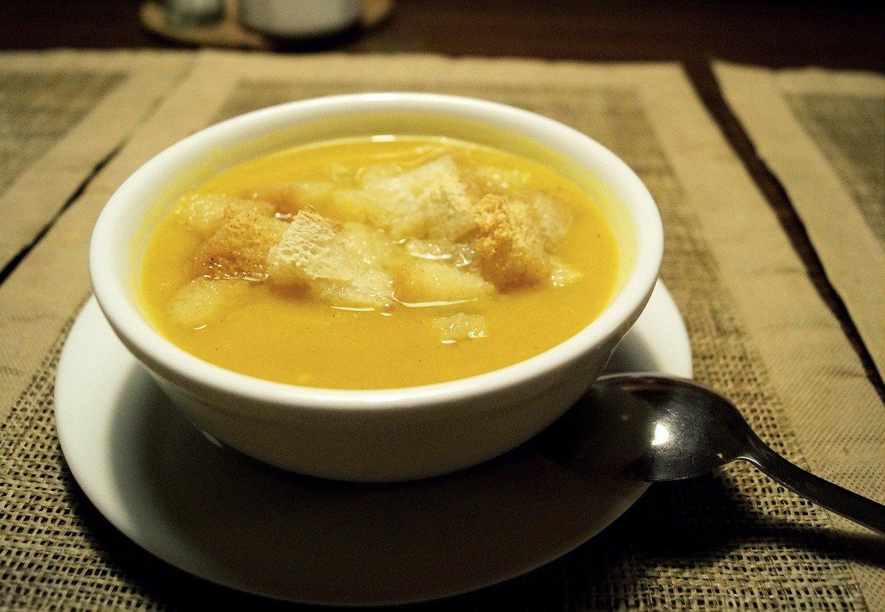 クルトンの乗った温かいスープ