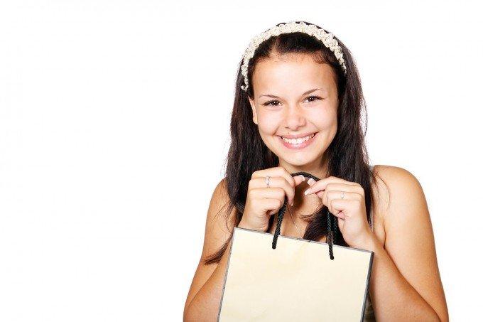 紙のショッピングバッグを楽しそうに持っている女の子